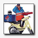 Foute pizzabezorger op foute scooter