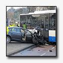 Mogelijk onwelle automobilist ramt boom en bus [+foto's]