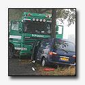 Vrachtwagen en bestelbus tegen dezelfde boom[+foto]