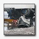 Vrachtwagen rijdt op geleiderail A58 [+foto's]