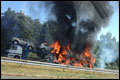 Vrachtwagen met auto's in brand op A1 [+foto]