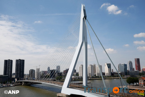 Metaalstakers marcheren over Erasmusbrug
