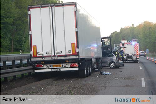 transport online nederlandse vrachtwagen botst op auto na klapband op duitse a61 foto 39 s. Black Bedroom Furniture Sets. Home Design Ideas