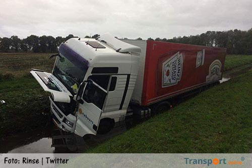 Vrachtwagen in de sloot langs A28 [+video]