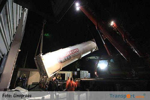 Gekantelde vrachtwagen zorgt voor problemen bij TIMZO in Genemuiden [+foto]