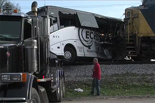 Goederentrein ramt bus in Mississippi [+video]