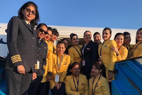 Unicum op Schiphol: Airbus met 'ladies crew'