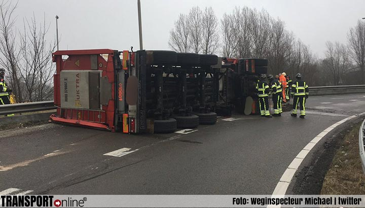 Vrachtwagen gekanteld in bocht afrit A4 [+foto's & video]