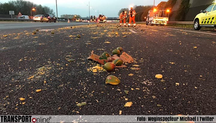Verkeer A15/A16 had hinder van lading mango's [+foto's]