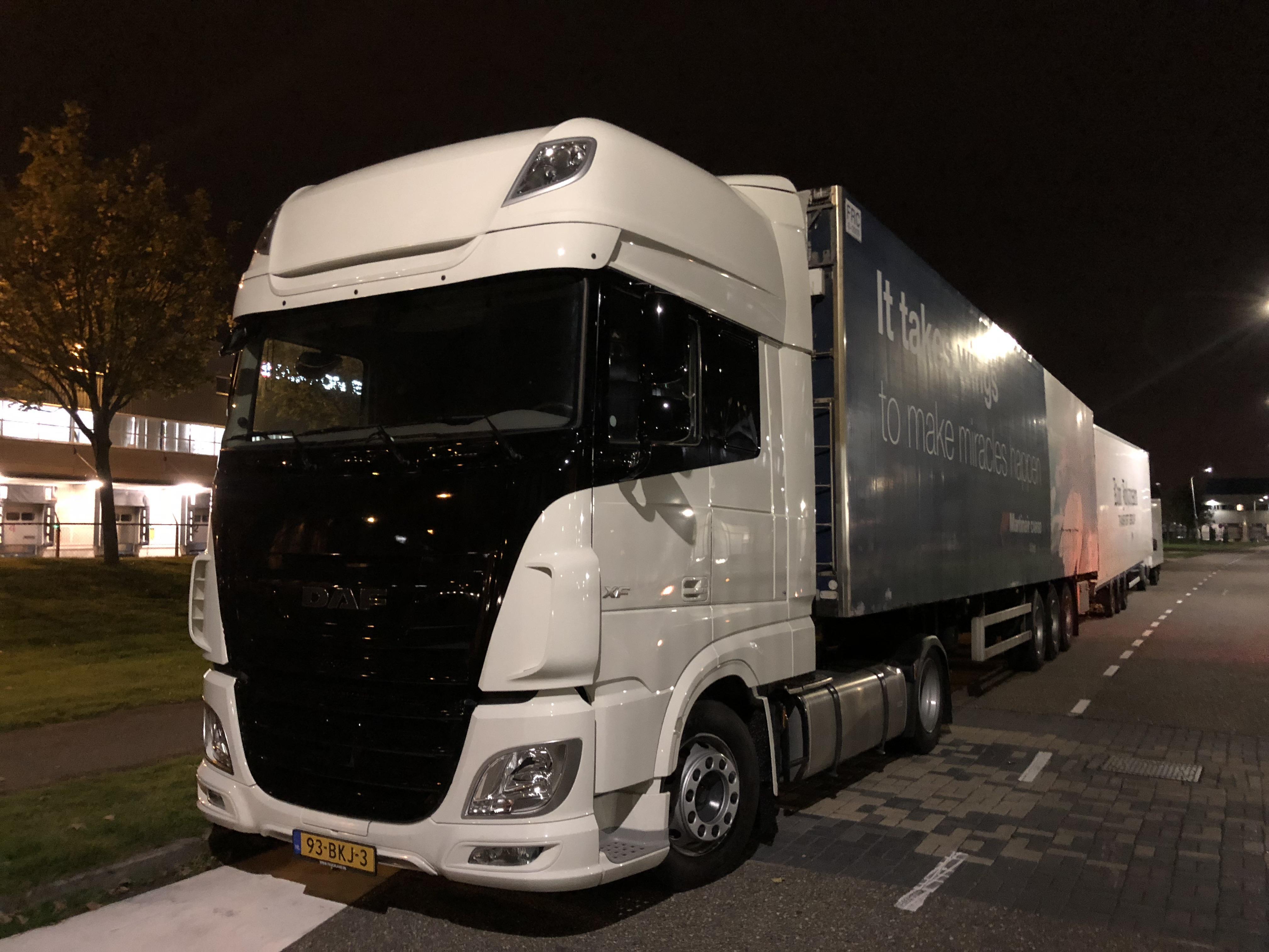 Vrachtwagen en busje aangeboden voor charters